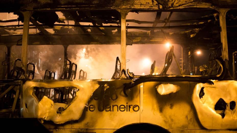 Ônibus destruído durante protesto no Rio de Janeiro