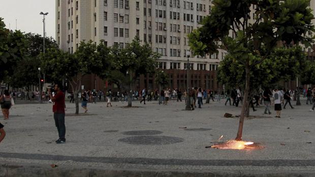 Cinegrafista antes de ser atingido por artefato durante protestos no Rio de Janeiro