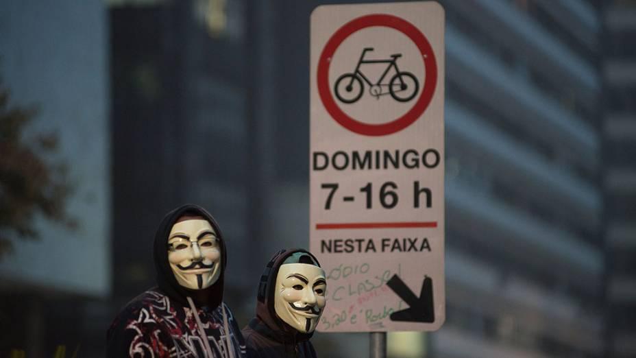Manifestantes com mascara do V inspirada no rosto do inglês Guy Fawkes, na avenida Paulista em São Paulo