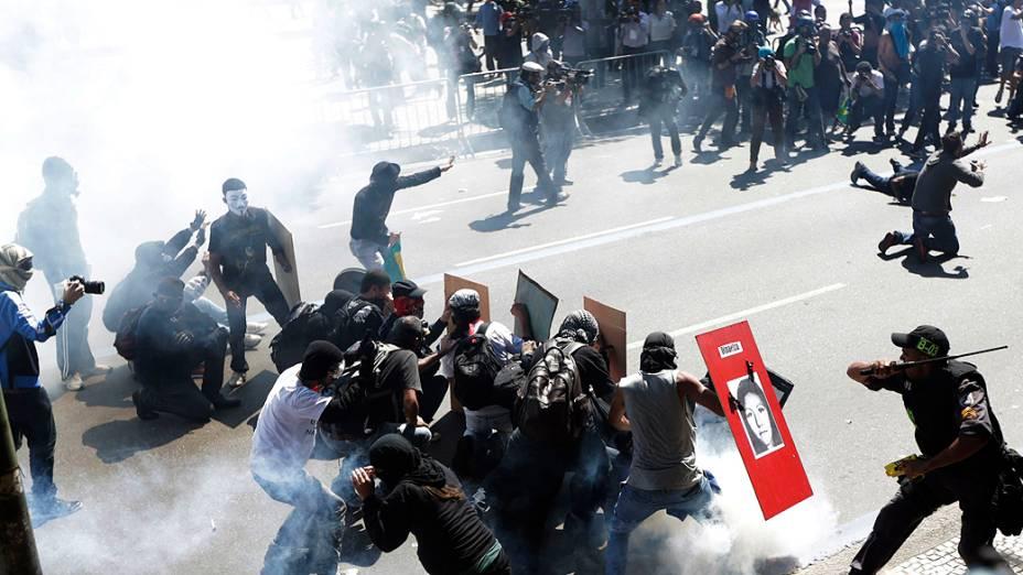 Rio de Janeiro - Manifestantes entram em confronto com a polícia durante o desfile de 7 de Setembro