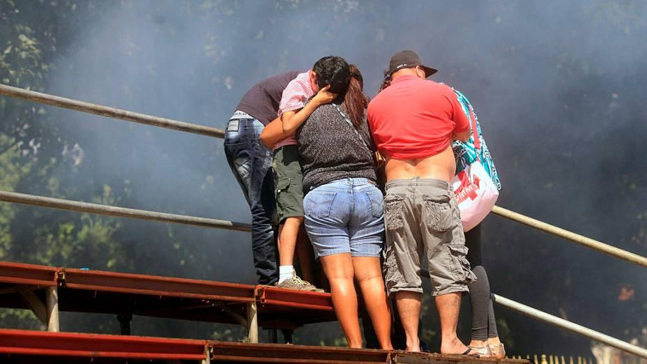 Rio de Janeiro - Família tenta se proteger da fumaça durante confronto entre manifestantes e policiais