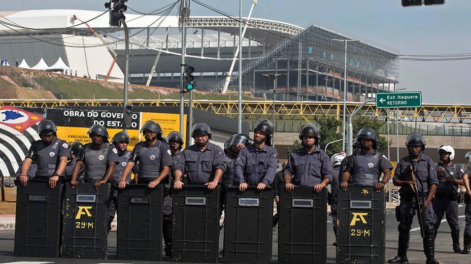 Sem-teto que vivem no acampamento da Copa do Povo, em Itaquera (zona leste), fazem manifestação nas proximidades do estádio Itaquerão, em São Paulo, nesta quinta-feira (15)