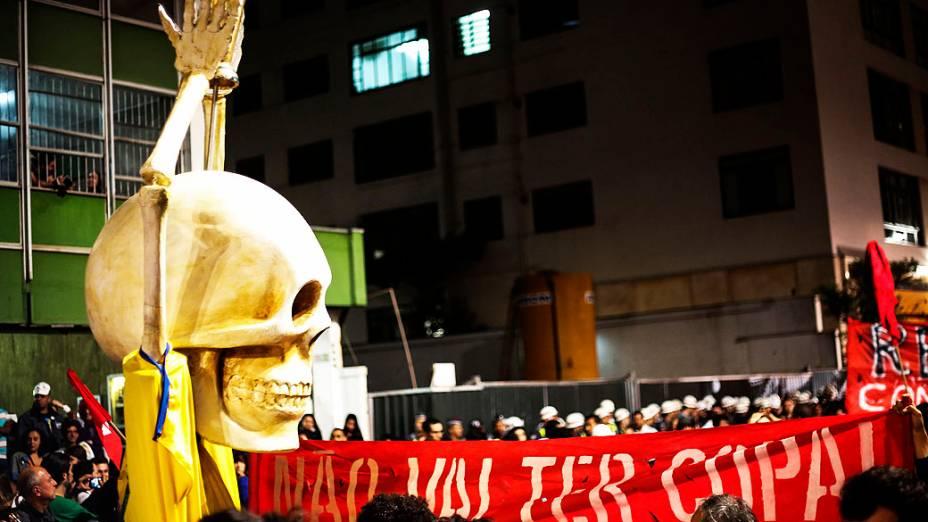 Manifestantes se concentram na Praça do Ciclista, na Avenida Paulista, centro de São Paulo, no final da tarde desta quinta-feira, para ato contra a realização da Copa do Mundo