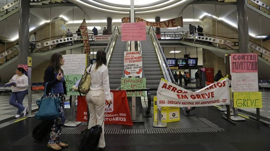 Aeroportuarios e aeroviarios juntamente com entidades sindicais realizam ato no aeroporto de Congonhas em protesto contra demissoes de funcionarios da TAM