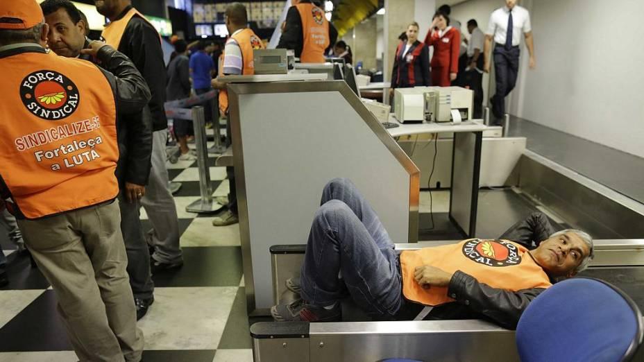 Manifestantes ocupam Área de checkin da TAM e da Gol em ato no Aeroporto de Congonhas em protesto contra demissões de funcionários da TAM