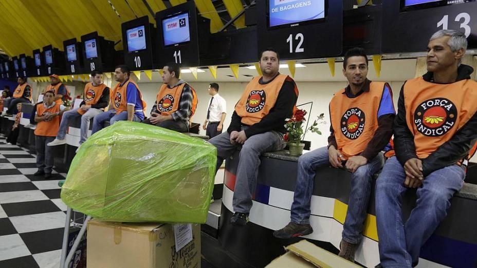 Manifestantes ocupam área de check-in da TAM em ato no aeroporto de Congonhas em protesto contra demissões de funcionários da TAM