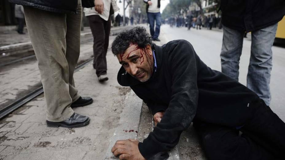 Em Tunis, manifestante ferido durante protesto contra o governo da Tunísia –  18/01/2011