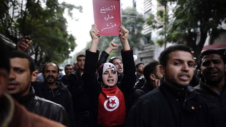 """<strong>PROTESTO NO MUNDO ÁRABE</strong> – """"Se você busca petróleo vai compreender o que justifica um ditador gentil, que de repente vira mau, e vice-versa"""", diz Marine Le Pen.<br>Na foto, protesto contra o governo da Tunísia na capital Tunis em janeiro deste ano"""