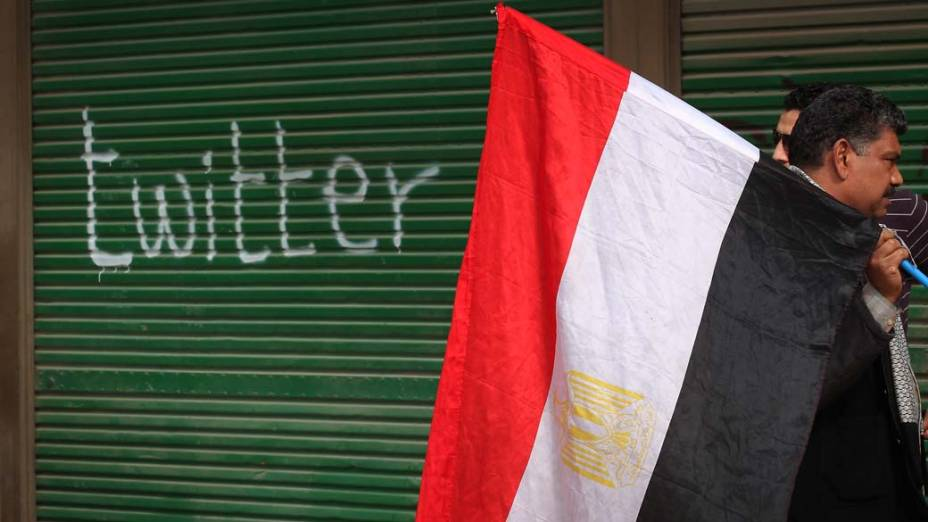 Porta de ferro pichada durante protestos no centro do Cairo, Egito