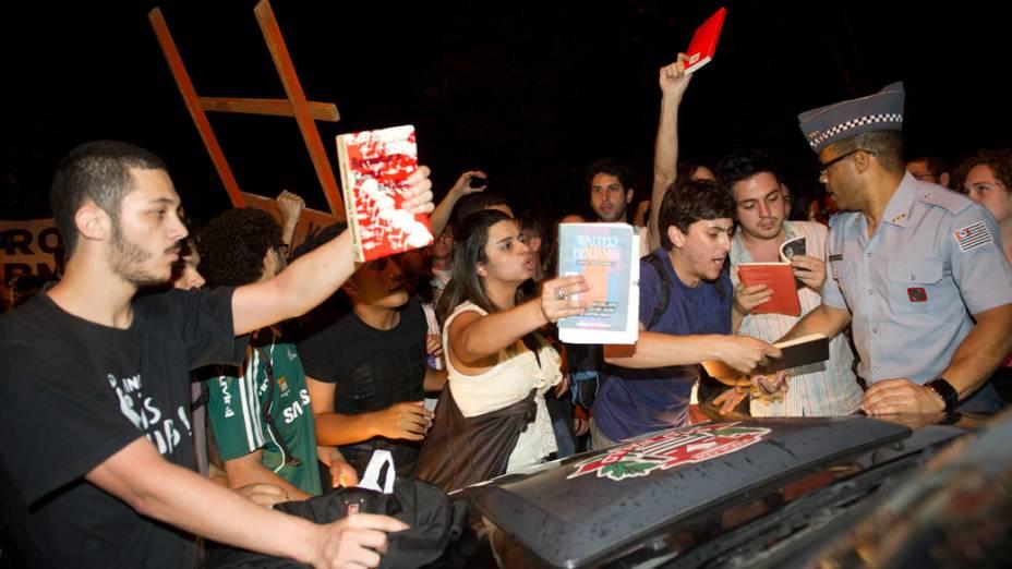 Protesto de estudantes da USP após três alunos serem presos por fumarem maconha
