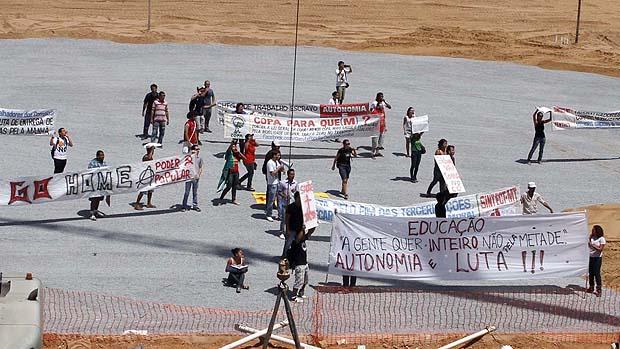 Funcionários dos Correios e professores estaduais protestam na Arena Pantanal