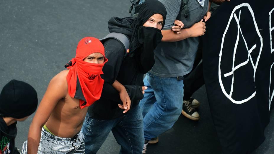 PM usa bombas de gás e cães contra manifestantes do Black Bloc, quando tentavam chegar ao estádio Mané Guarrincha, em Brasília