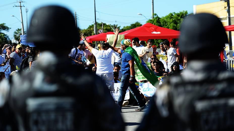 Manifestantes entram em confronto com a polícia durante protesto próximo ao Castelão, em Fortaleza antes da partida entre Brasil e México, válida pela Copa das Confederações