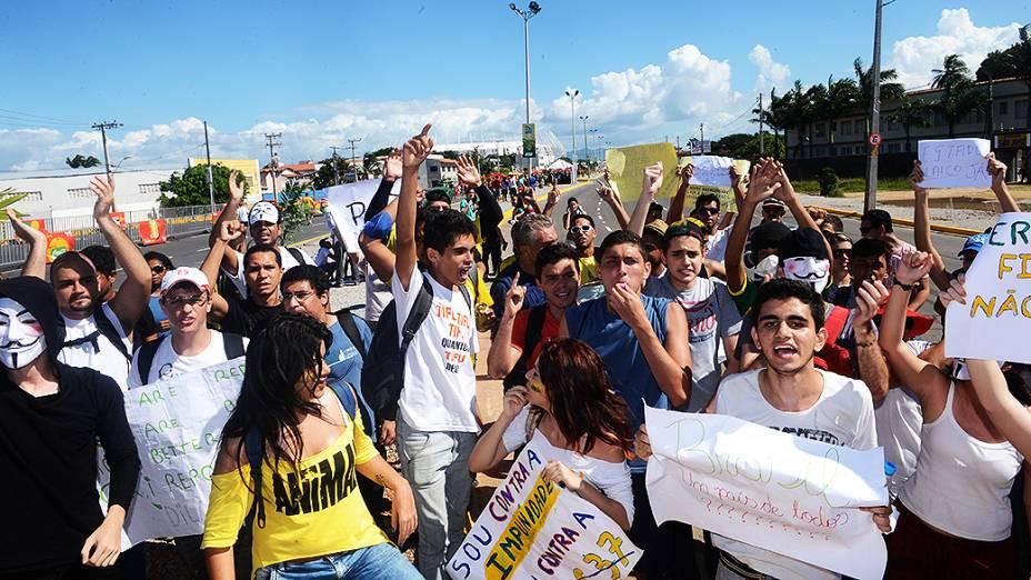 Manifestantes fazem protesto próximo ao Castelão, em Fortaleza antes da partida entre Brasil e México, válida pela Copa das Confederações