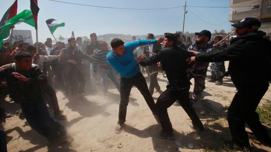 """Membros das forças de segurança do Hamas impediem manifestantes palestinos de se aproximarem da fronteira entre Israel e o norte da Faixa de Gaza no """"Dia da Terra"""""""