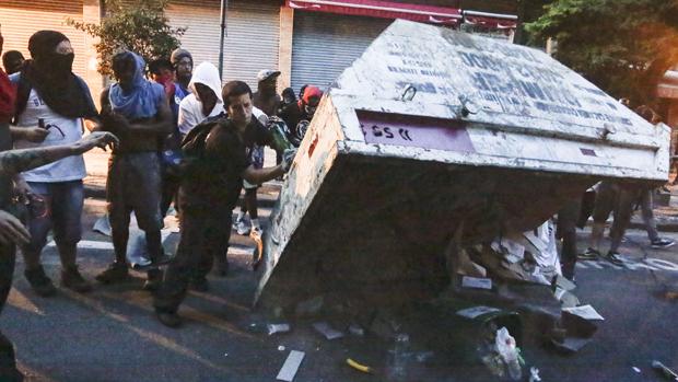 Caçamba de lixo é virada durante protestos, em São Paulo