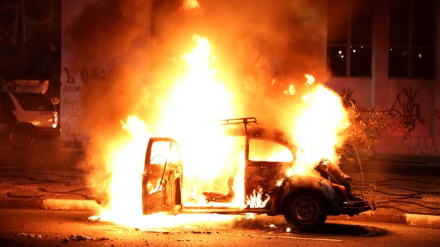 Fusca é incendiado durante protestos contra a Copa do Mundo, em São Paulo