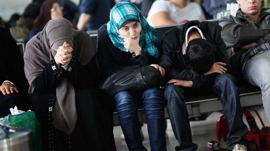 No aeroporto do Cairo, pessoas que tentam deixar o país por causa dos conflitos contra o governo da última semana - 31/01/2011