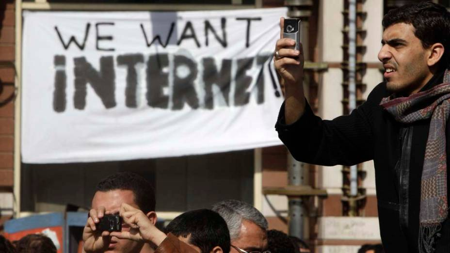 Durante protesto no Cairo, cartaz exige o retorno da internet bloqueada pelo governo de Hosni Mubarak