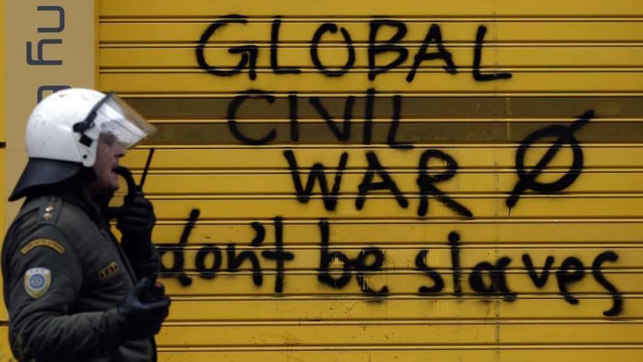 """Mensagem em porta com os dizeres: """"Guerra Civil Global: não sejam escravos"""" deixada em protesto durante greve de 48 horas em Atenas, Grécia"""