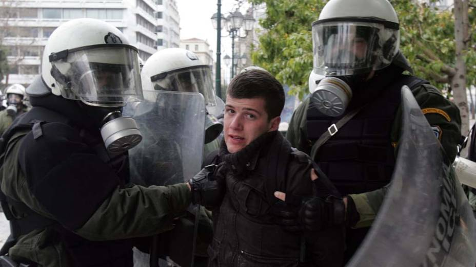 Manifestante preso em protesto durante greve de 48 horas em Atenas, Grécia