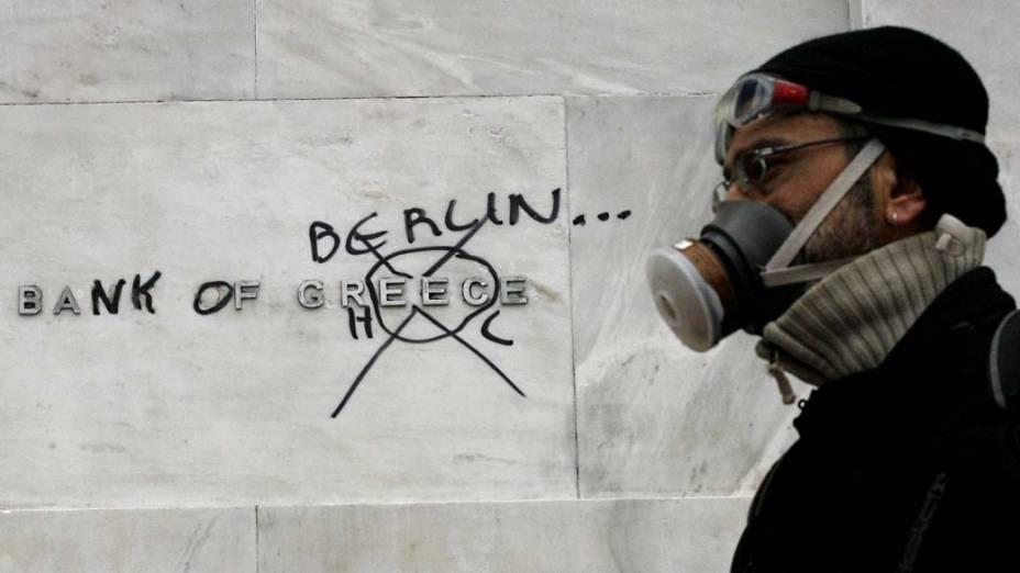 Manifestante em protesto durante greve de 48 horas em Atenas, Grécia