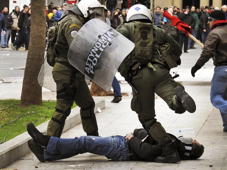 Policiais agridem manifestante em protesto durante greve de 48 horas em Atenas, Grécia