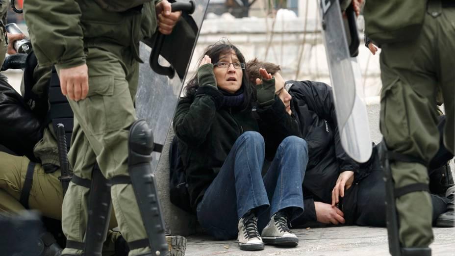 Manifestantes em protesto durante greve de 48 horas em Atenas, Grécia