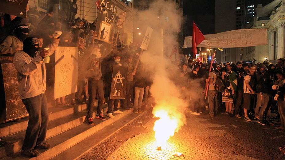 Rio de Janeiro - Manifestantes se juntaram ao protesto dos professores, que exigem melhores condições de trabalho e contra a violência da polícia no centro - (07/10/2013)