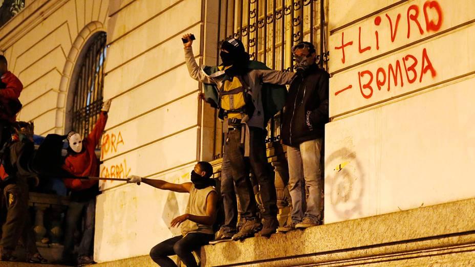 Rio de Janeiro - Manifestantes mascarados se juntaram ao protesto dos professores, e picharam o prédio da Assembleia Legislativa no centro - (07/10/2013)