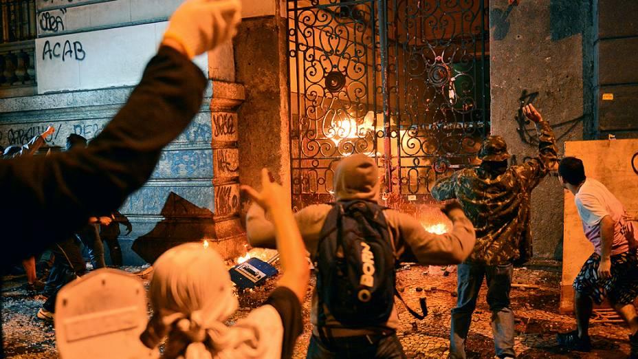 Rio de Janeiro - Manifestantes mascarados que se infiltraram no protesto pacífico dos professores, lançam pedras e coquetéis molotov no Palácio Tiradentes, sede da Assembleia Legislativa - (07/10/2013)