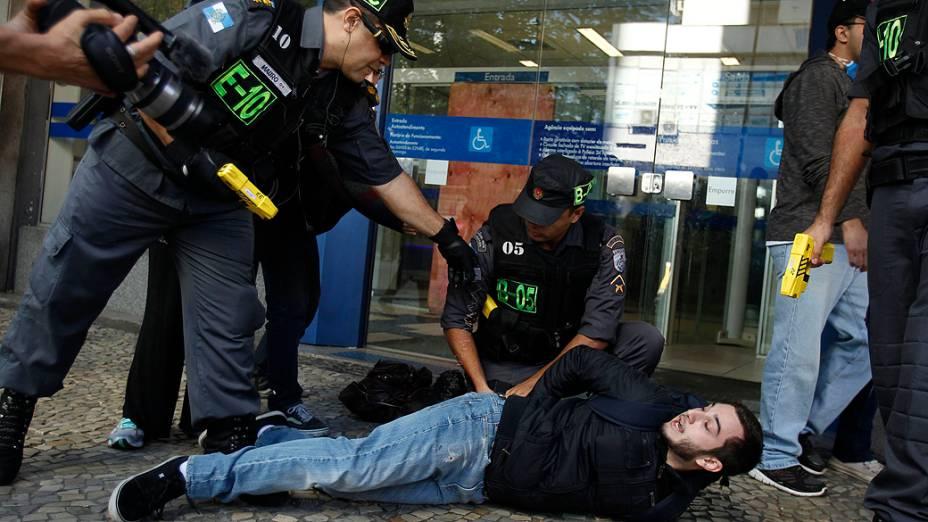 Rio de Janeiro - Policiais detêm um manifestante durante um protesto no 7 de Setembro