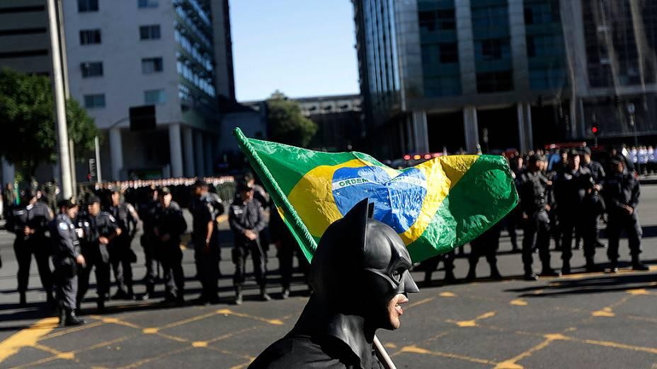 Rio de Janeiro - Manifestante mascarado protesta durante o desfile de 7 de Setembro
