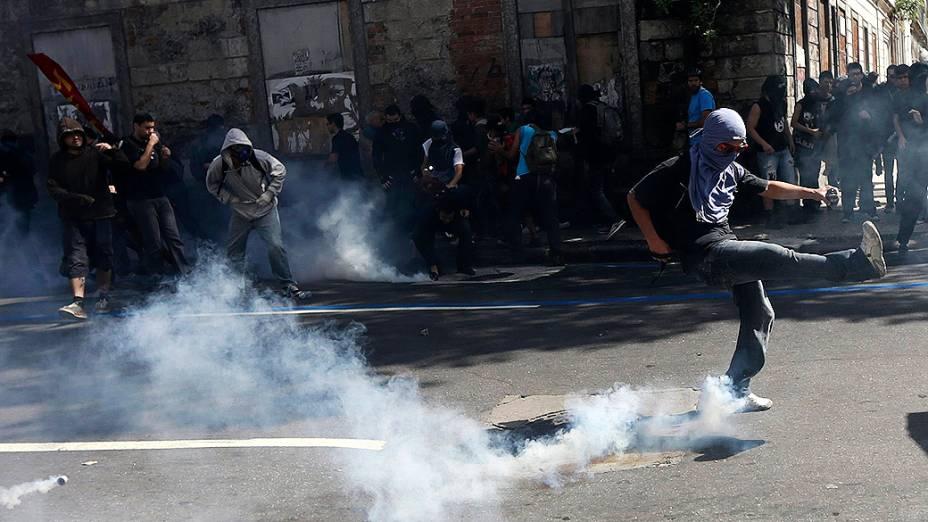 Rio de Janeiro - Manifestantes com o rosto coberto entram em confronto com a polícia em protesto durante o desfile de 7 de Setembro
