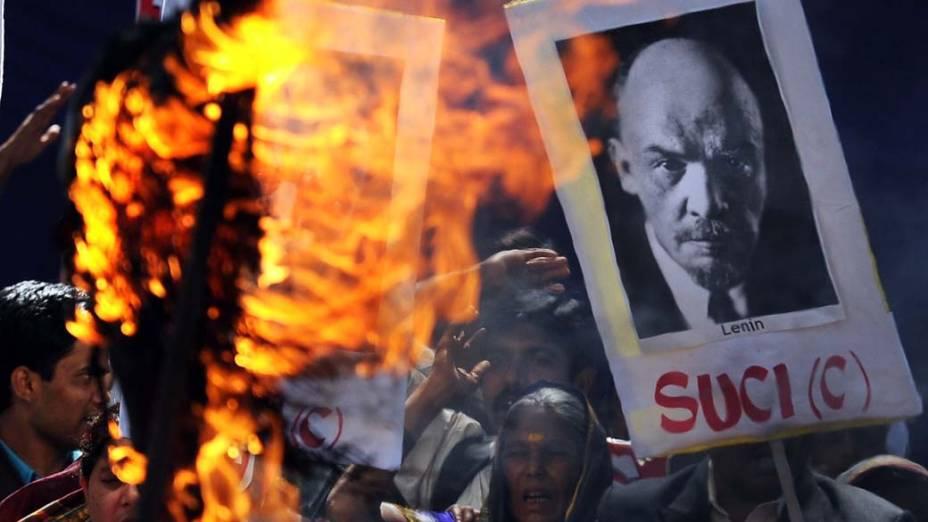 Ativistas do Centro Socialista Unificado da Índia protestam após o governo russo lançar uma pesquisa sobre a possibilidade de enterrar o corpo de Lênin, ainda exibido em uma tumba especial na Praça Vermelha de Moscou