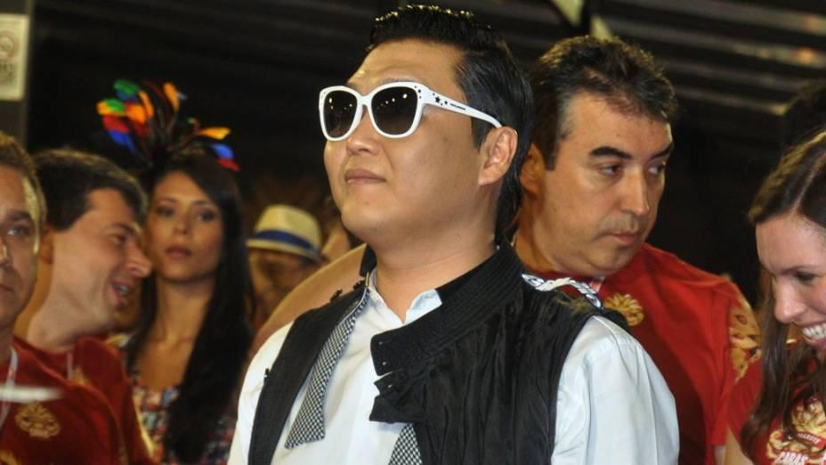 Cantor sul-coreano Psy assiste ao desfile das escolas de samba do grupo A do Rio, na Marquês de Sapucaí