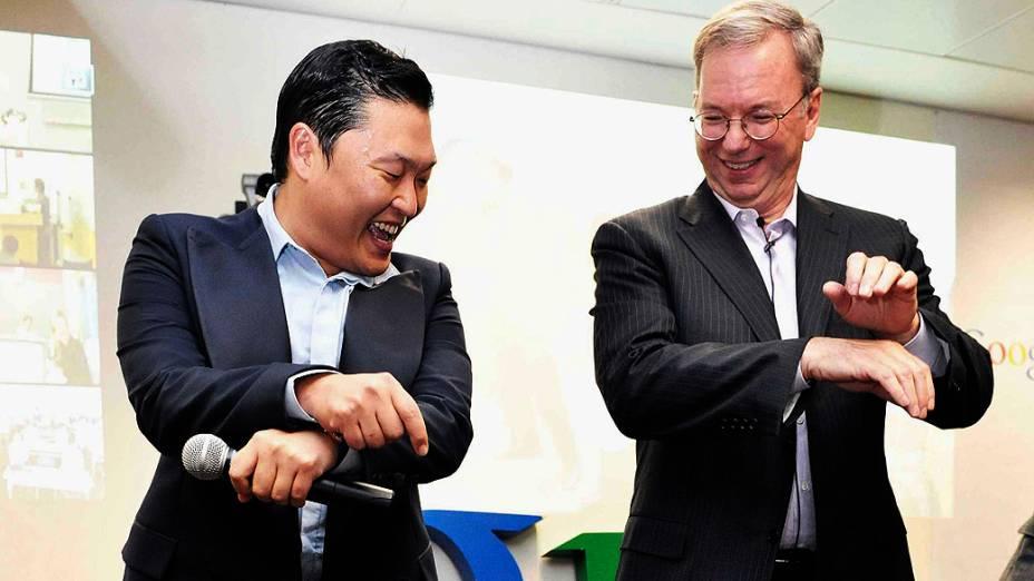 O cantor sul-coreano Psy e o diretor executivo do Google, Eric Schmidt, dançam juntos durante encontro com funcionários do escritório do Google na Coreia do Sul, em Seul