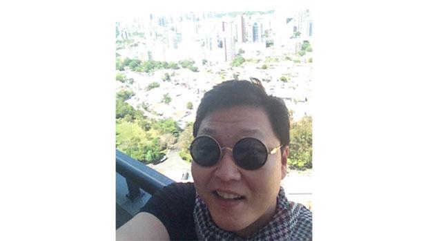 Psy chega a Salvador e posta foto no Twitter
