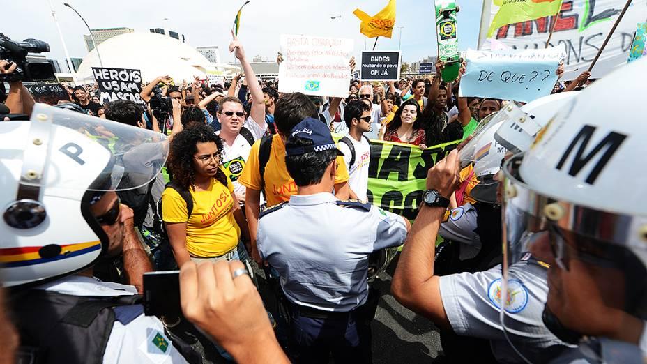 Brasília - Manifestantes protestam durante desfile de 7 de Setembro em Brasília