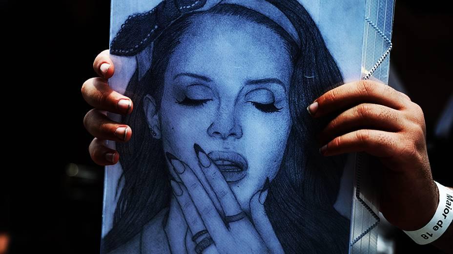 Fã carrega imagem da cantora Lana Del Rey durante o Festival Planeta Terra, no Campo de Marte em São Paulo