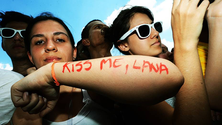 Fãs da cantora Lana Del Rey durante o Festival Planeta Terra, no Campo de Marte em São Paulo