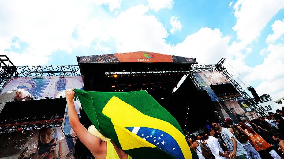 Movimentação do público durante o Festival Planeta Terra, no Campo de Marte em São Paulo