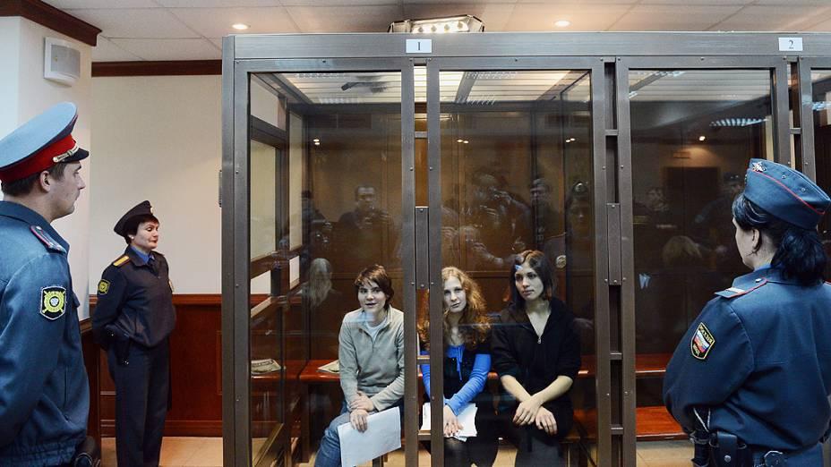 """Recomeça, em Moscou, a audiência do recurso contra a condenação das garotas do grupo Pussy Riot, sentenciadas por """"vandalismo motivado por ódio religioso"""""""