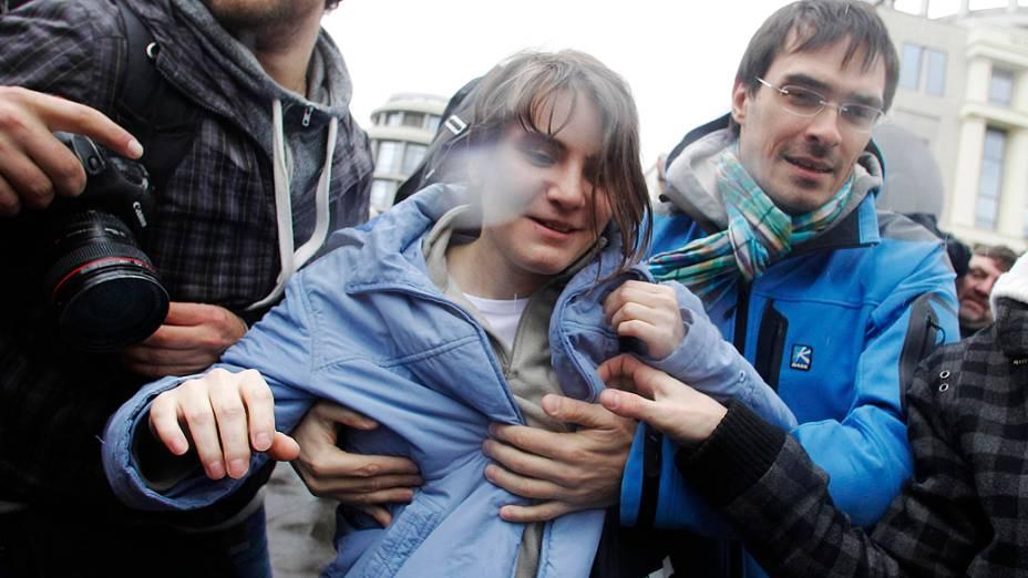 A Justiça da Rússia liberou nesta quarta-feira uma das três integrantes da banda punk Pussy Riot