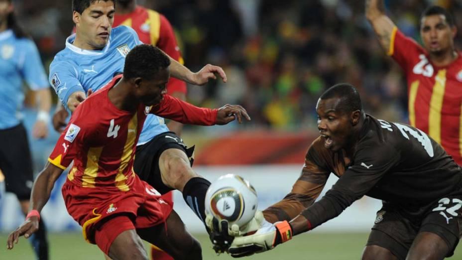 Goleiro Richard Kingson defende chute do atacante Luis Suarez na partida entre Gana e Uruguai