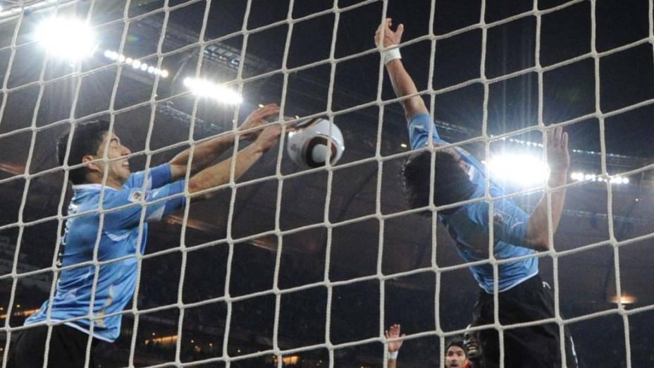 Atacante Luis Suarez defende a bola com mão na partida entre Gana e Uruguai