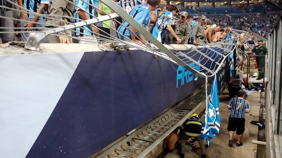 """Alambrado não suporta """"avalanche"""" da torcida do Grêmio no jogo contra a LDU, pela Libertadores, na nova Arena, em Porto Alegre"""