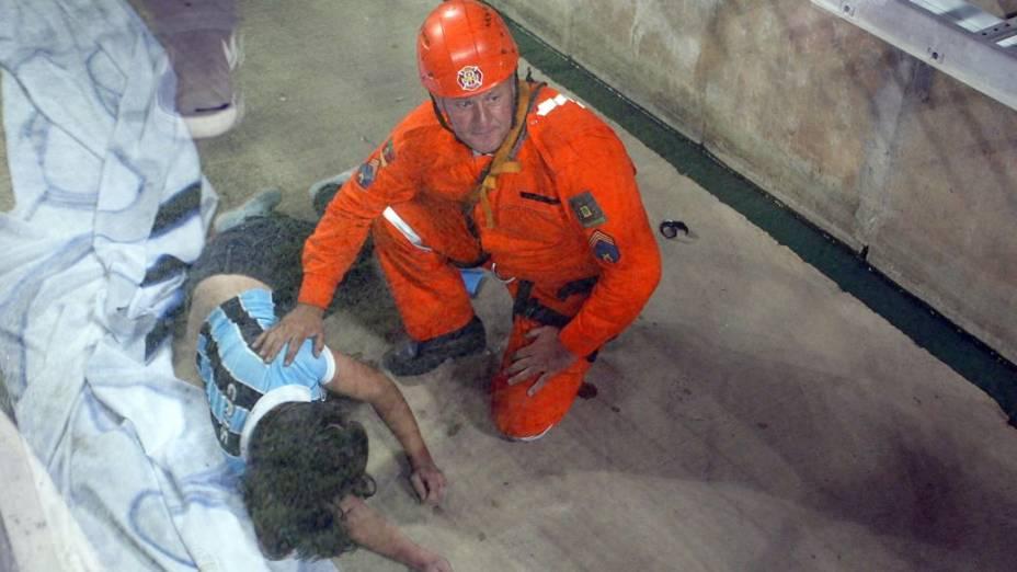 Torcedor recebe atendimentos médicos após queda de parte da grade na Arena do Grêmio
