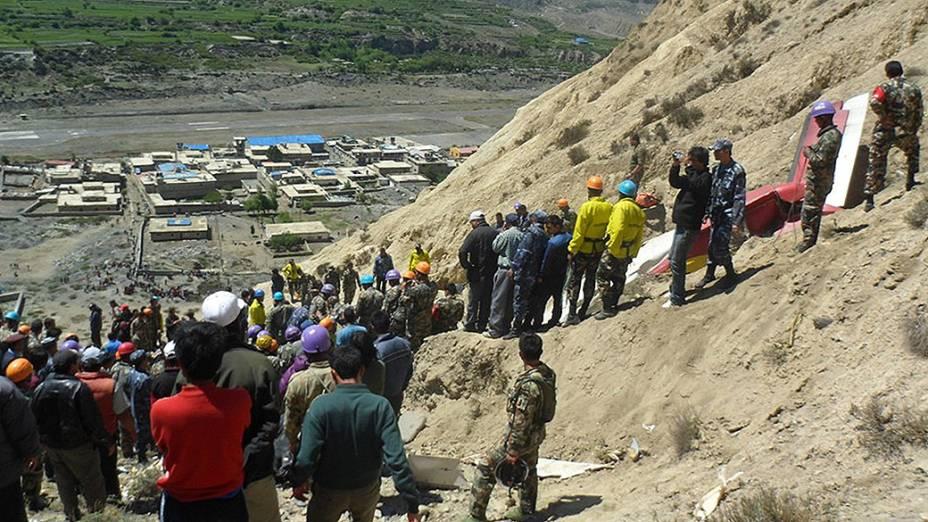 Equipes de resgate são vistos perto dos destroços de um pequeno avião que caiu em Jomsom, cerca de 300 quilômetros a oeste de Katmandu matando 15 pessoas