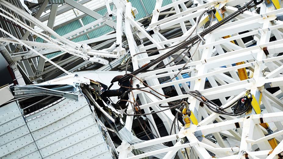 Queda de guindaste que posicionava estrutura metálica da cobertura, provoca destruição de parte da arquibancada do Itaquerão e deixa dois operários mortos - (27/11/2013)